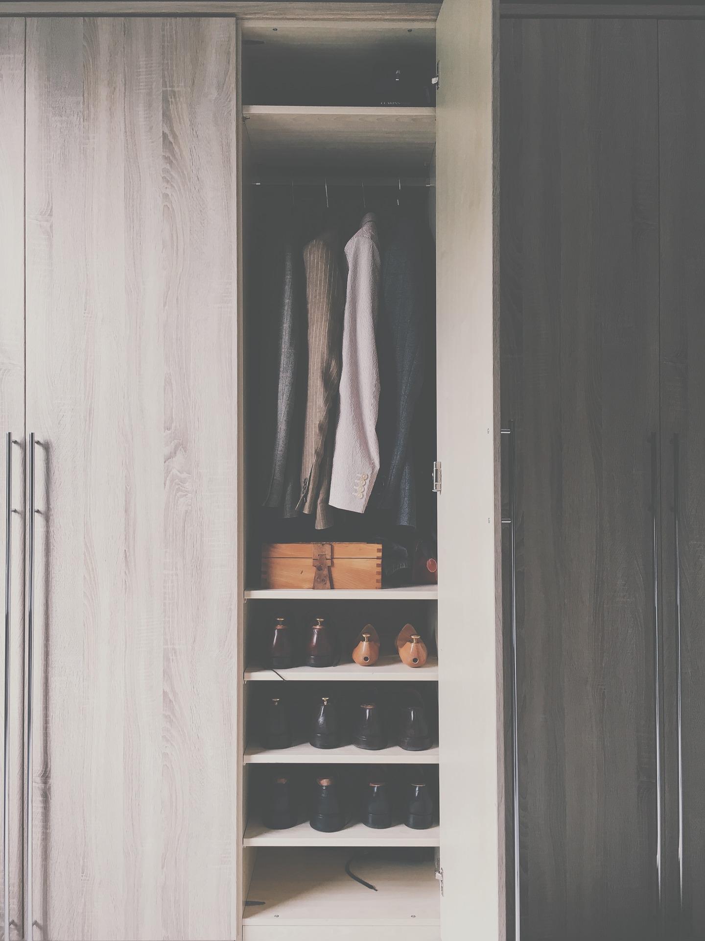 Zabudowane szafy na wymiar – wady i zalety